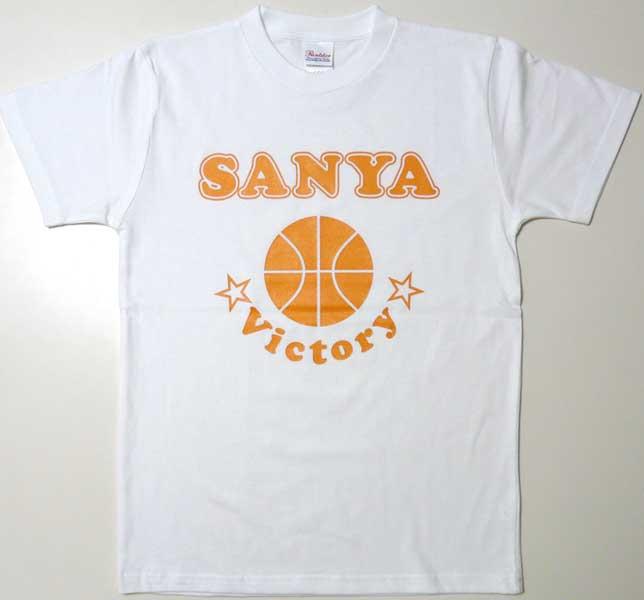 オレンジのプリントの白Tシャツ