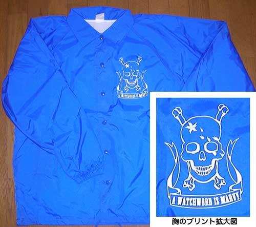 ブルーのジャケットにホワイトのスカルプリント